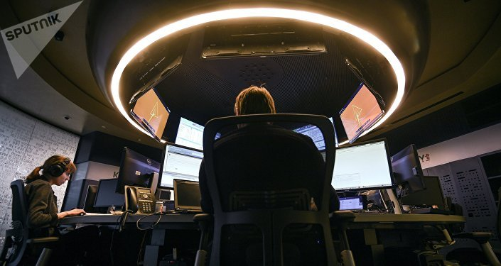 Мужчина за работой в компьютере. Архивное фото