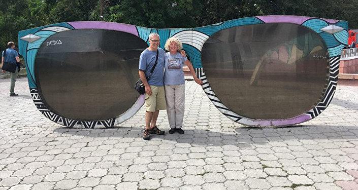 Пожилая супружеская чета Дебби и Майкл Кэмбеллы из Сиэтла, посетившая Бишкек