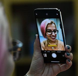 Девушка делает селфи на новый смартфон iPhone X. Архивное фото