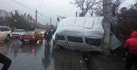 Последствия ДТП с участием трех машин на перекрестке улиц Тойгонбаева и Тимура Фрунзе в Бишкеке