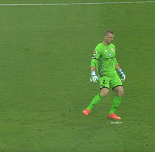 Вратарь немецкого клуба рассмешил зрителей, сыграв с невидимым мячом