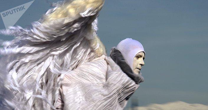 Уличный артист в костюме ангела. Архивное фото
