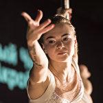 Pole dance — бийчи спорттук гимнастиканын, акробатиканын жана хореографиянын элементтерин колдонгон бий