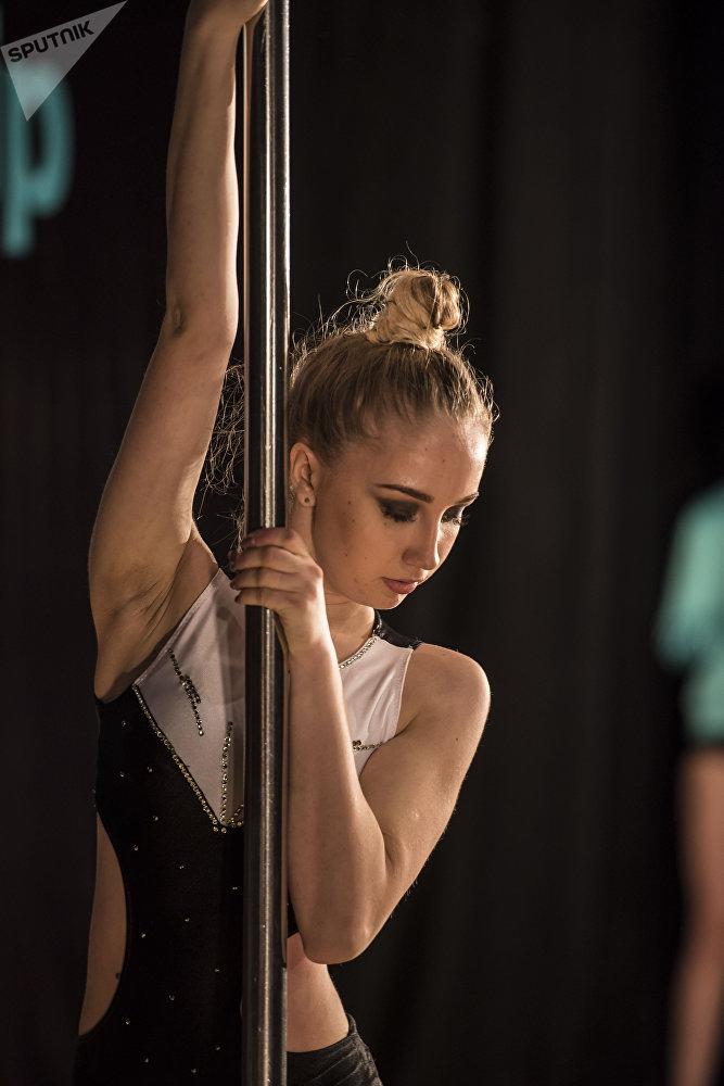 Pole dance бийинин бир түрү — түркүктөгү спорт деп аталат (pole sport)