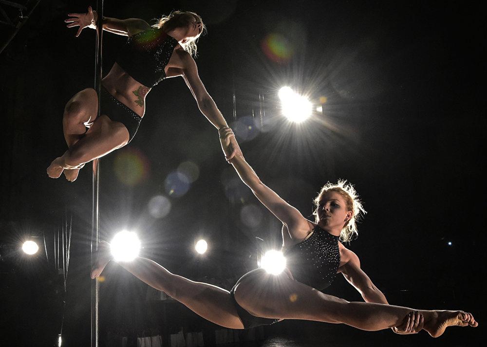 Бишкекте түркүктү чимириле бийлеп, Pole dance менен машыккандардын VIII республикалык чемпионаты болуп өттү. Кыздар 12 категория боюнча өнөрлөрүн тартуулашты
