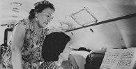 Кыргызстандык артисттер Кытайга концерт койгону учуп бара жаткан учуру жана учак ичиндеги репетиция, 1955-жыл