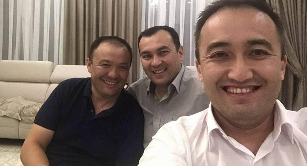 Вице-премьер-министр Темир Джумакадыров (в центре) и глава КТРК Илим Карыпбеков(справа). Архивное фото