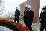 Президент Алмазбек Атамбаев бүгүн, 7-ноябрда Тарых жана ата-бабаларды эскерүү күндөрүнө байланыштуу Ата-Бейит улуттук тарыхый-мемориалдык комплексинде болду