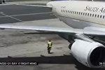Работник аэропорта чуть не взлетел, оказавшись возле двигателя самолета