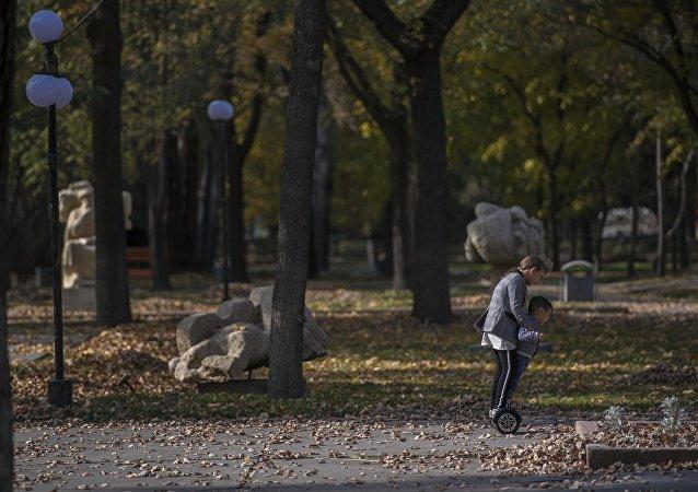 Дети катаются на гироскутере в одном из парков Бишкека. Архивное фото