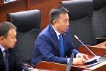 Өлүп кеткир көк түтүн! Чыныбай Турсунбековдун парламентте ыр окуган видеосу