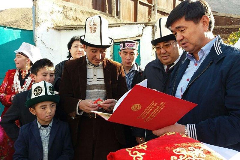 Президент КР Алмазбек Атамбаев подарил 6-комнатный дом семье Абдыбаита Жээнбекова переселенных из Памира