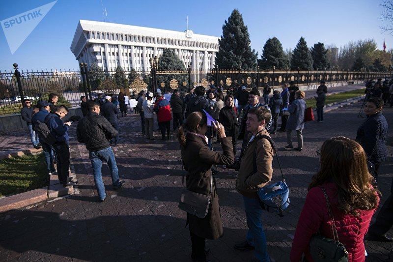 В Бишкеке у здания Жогорку Кенеша прошел митинг, люди выступают против разработки на ледниках