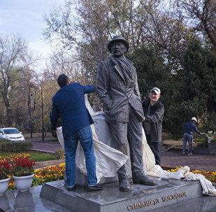 Борбор калаада СССРдин эл артисти, сүрөтчү жана актер Сүймөнкул Чокморовдун эстелиги. Архив