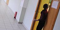 Школьник заходит в кабинет. Архивное фото