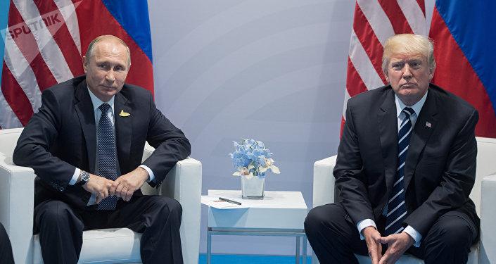 Президент РФ Владимир Путин и президент США Дональд Трамп (справа). Архивное фото