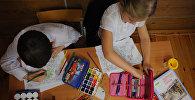 Ученики на уроке рисования. Архивное фото