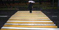 Женщина на пешеходном переходе во время дождя. Ахривное фото