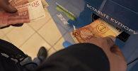 Мужчина оплачивает деньги через терминал. Архивное фото
