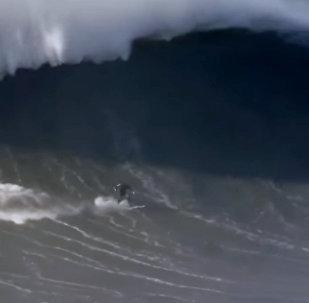 Серфингист сломал позвоночник, пытаясь покорить огромную волну, — видео