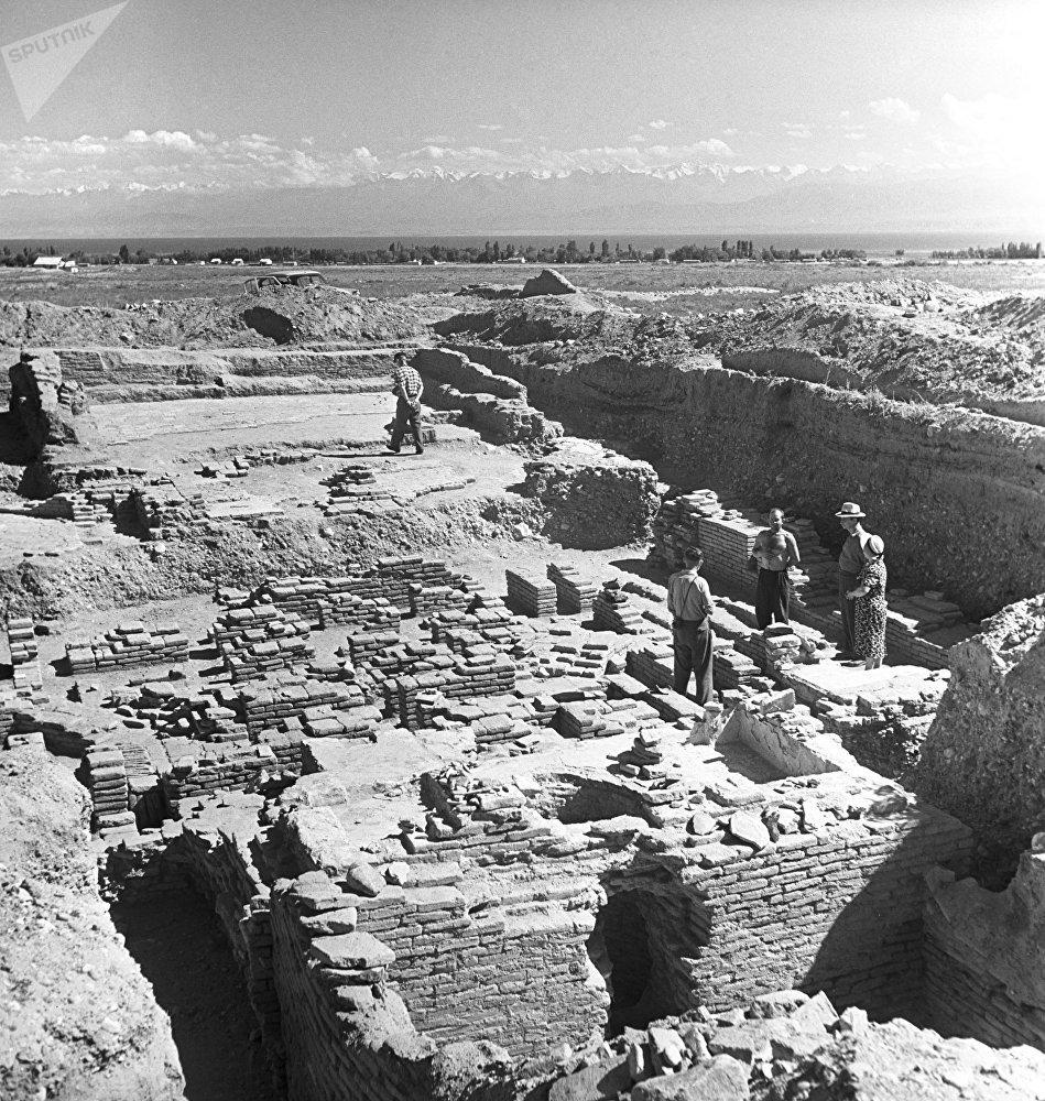 Археологдор Ысык-Көл жээгинде XIV-XV кылымга таандык кыш жана суу түтүгүн чыгарган байыркы ишкананы тапкан учуру, 1961-жыл