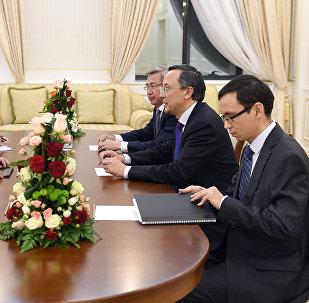 Өзбекстандын Самарканд шаарында Кыргызстандын тышкы иштер министри Эрлан Абдылдаев казак кесиптеши Кайрат Абдрахманов менен жолукту