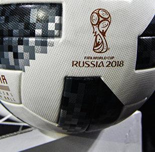 Официальный мяч для футбольного турнира чемпионата мира по футболу 2018 года под названием Telstar 18. Архивное фото