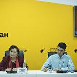 Первый секретарь ЦК Коммунистической партии Кыргызстана, председатель народного движения За союз и братство народов Клара Ажыбекова и журналист Алимджан Валиев в ходе видеомоста в мультимедийном пресс-центре Sputnik Кыргызстан