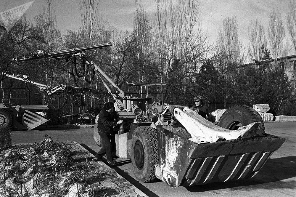 Кыргыз ССРинин Илимдер академиясынын автоматика институту 1989-жылы универсалдуу экскаваторду иштеп чыккан
