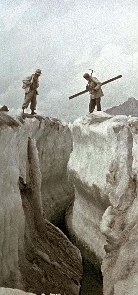Ысык-Көлдөгү Семенов мөңгүсүн изилдегени барган окумуштуулар, 1966-жыл