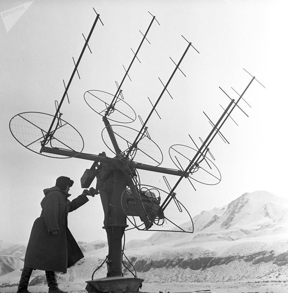 Тянь-Шань аэрологиялык станциясынын кызматкери сигнал кабыл алуучу антеннаны түздөөдө, 1968-жыл
