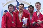 Кыргызстанский дзюдоист Раимкул Бекназар уулу (второй слева)на церемонии награждения на чемпионате мира по боевому самбо