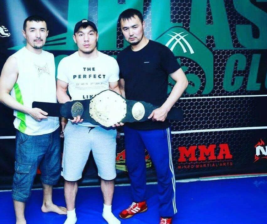 Боец ММА, тренер спортивного клуба Ихлас Тынчтыкбек Иминжанов (в центре)