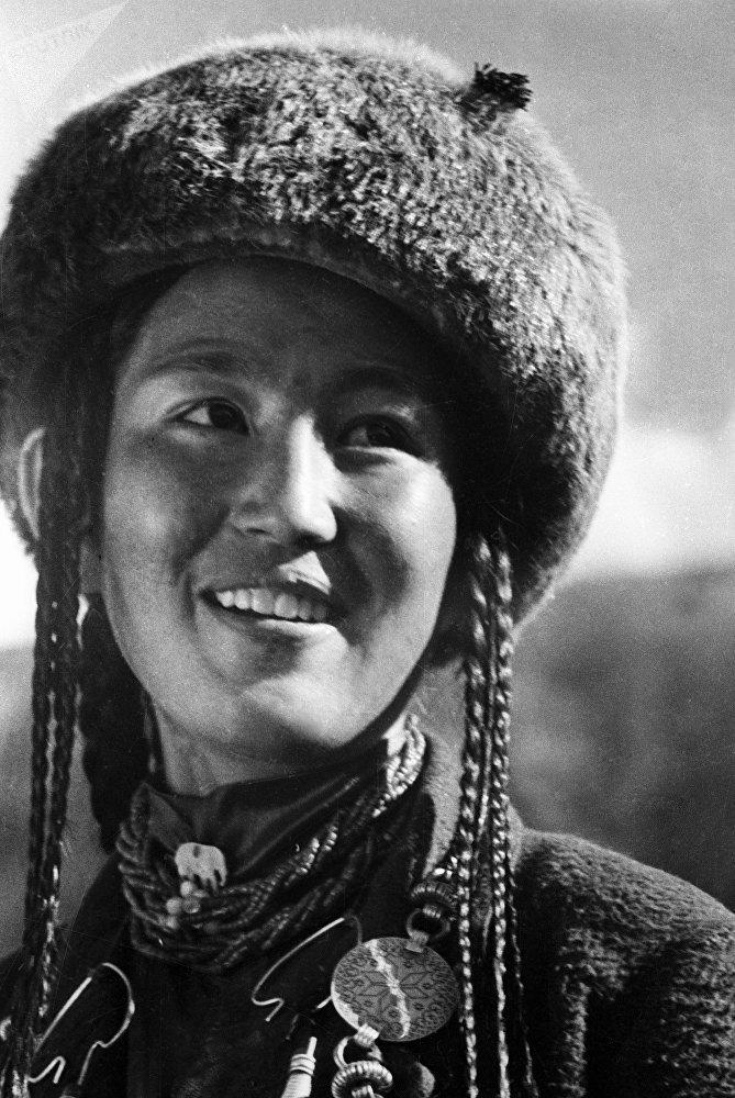 Юная кыргызка улыбается на камеру, 1935 год