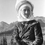Бул кыргызстандык келин ат үстүндө укмуш ойной алат: көчмөн кыргыздын кыздары атка минүүдө мырзалардан кем калган эмес. Сүрөт 1936-жылы тартылган