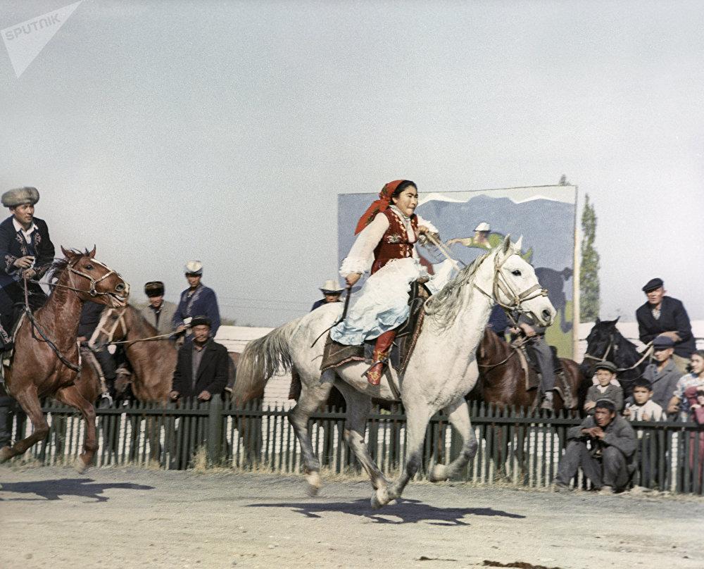 Девушка участвует в конкурсе Кыз куумай, конец 1960-х