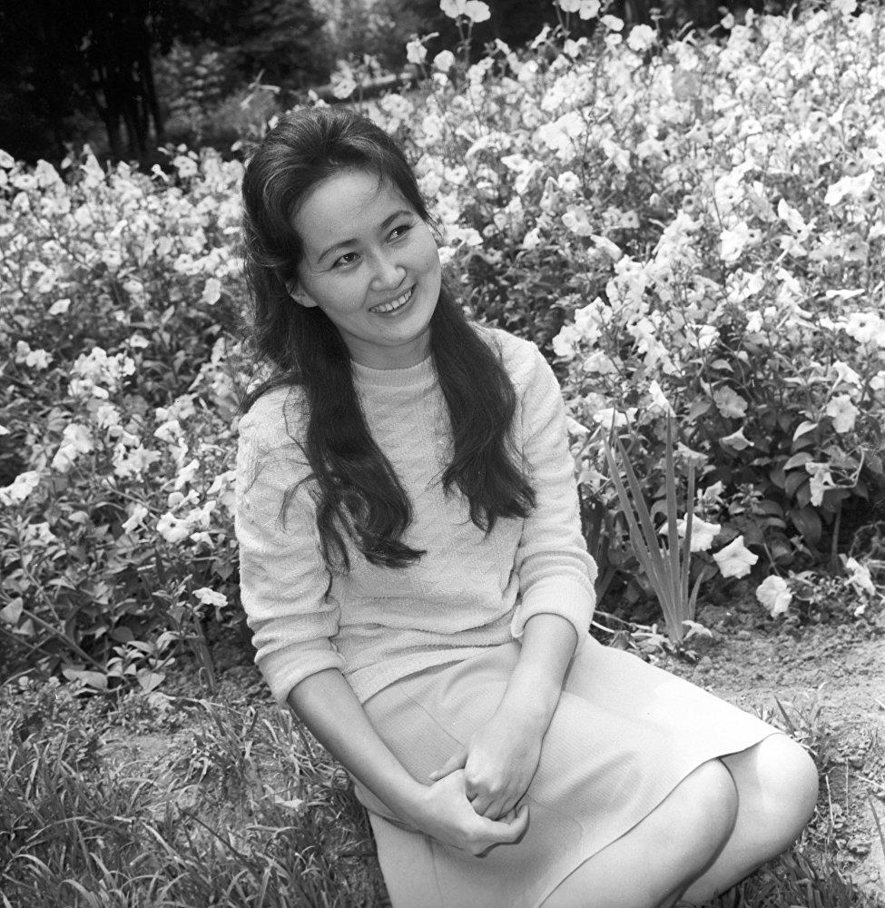 Преподаватель французского языка в Киргизском государственном университете (ныне КНУ имени Ж. Баласагына) Зулайка Эралиева, 1970-е годы