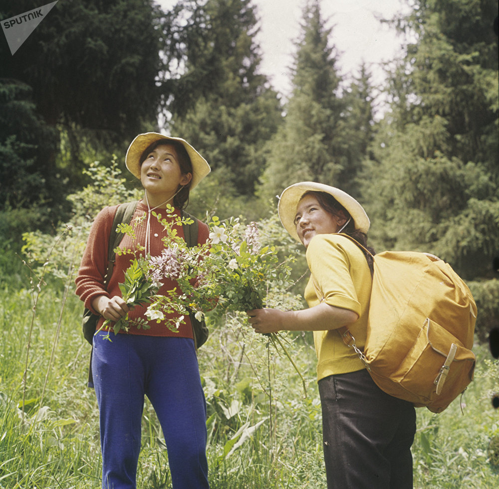 Девушки собирают цветы во время экскурсии по горам Иссык-Кульской области, начало 1980-х