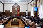 Премьер-министр Кыргызской Республики Сапар Исаков 10 ноября, провел встречу с Главой офиса Всемирного Банка в КР Болорма Амгаабазар и Главой офиса Международной финансовой корпорации в КР Мартином Негеле.