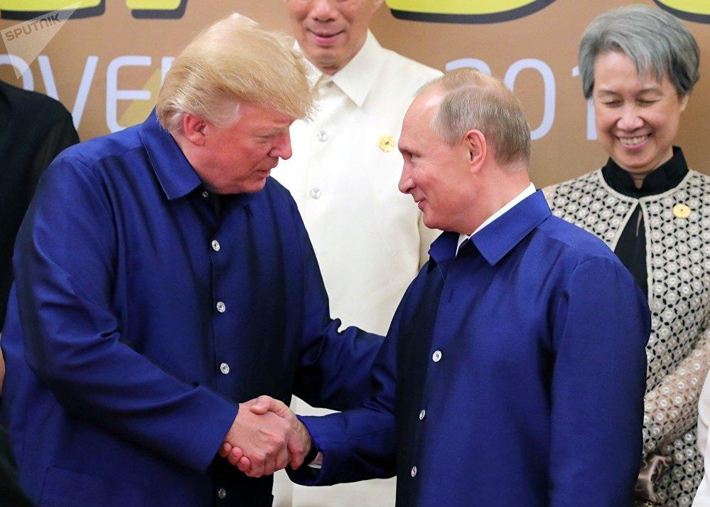 Россиянын президенти Владимир Путин менен АКШнын лидери Дональд Трамп Вьетнамда өткөн Азия-Тынч океан экономикалык кызматташтыгы (АТЭК) саммитинин алкагында жолугушту. Алар Вьетнамдын улуттук кийимин кийишкен.