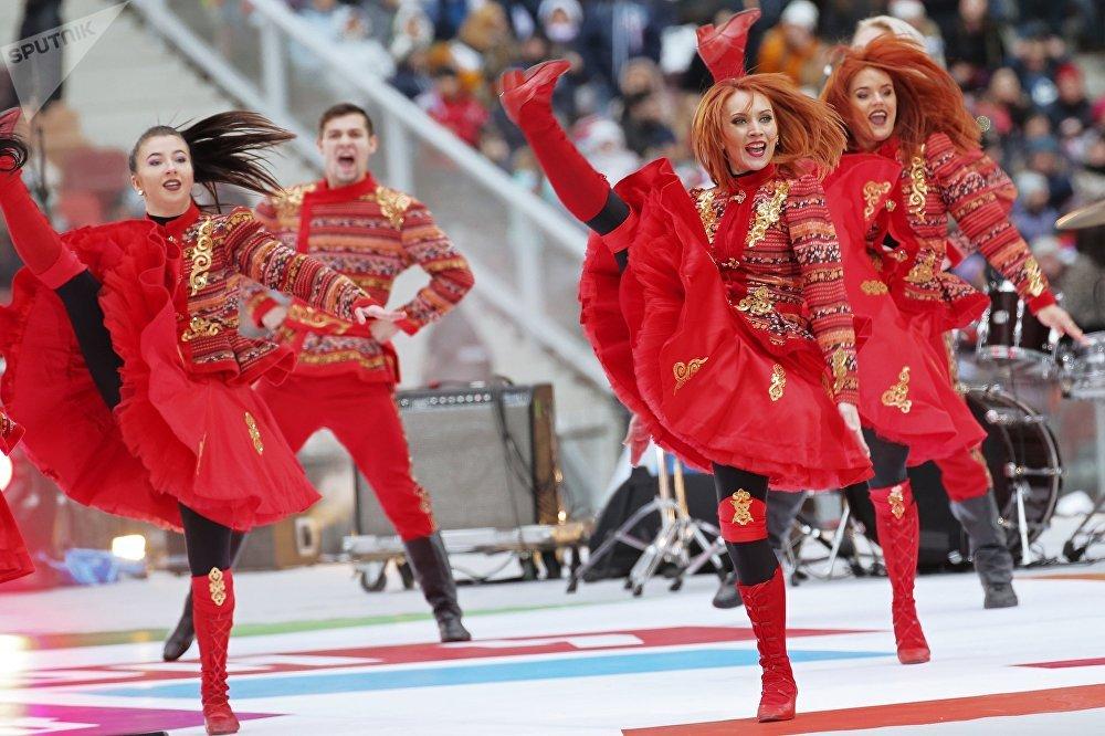 Артисттер Москвада өткөн Россия бириктирет митинг-концертине катышып жатат.
