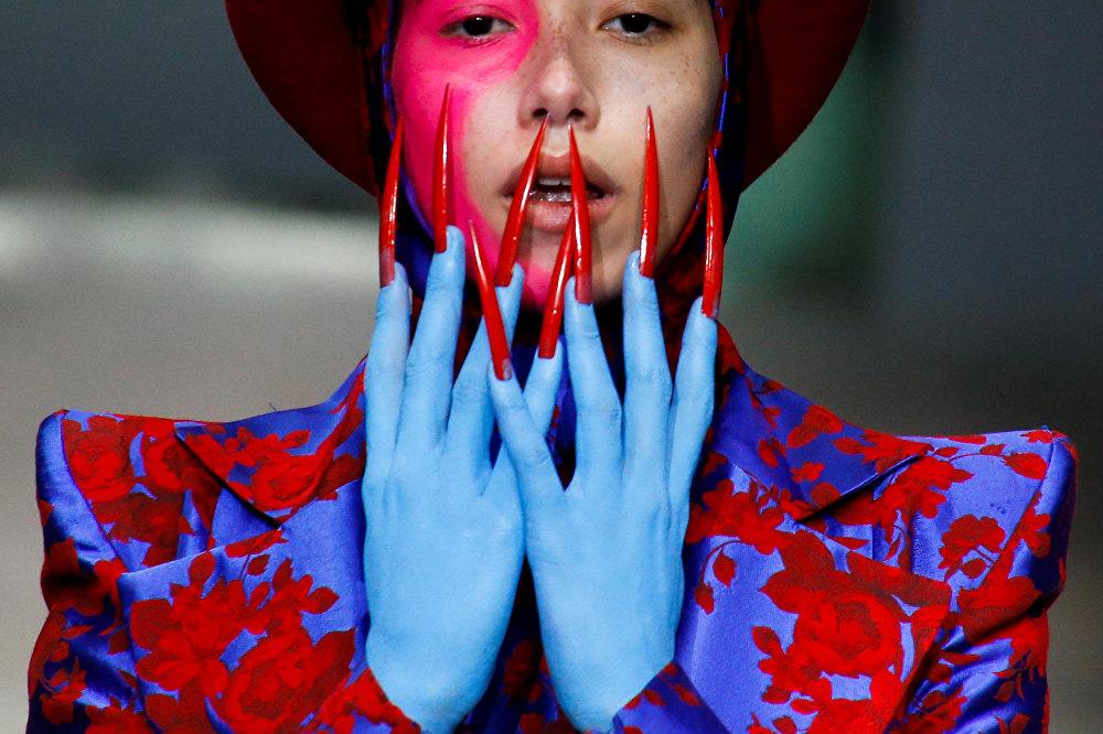 Пекинде өткөн мода жумалыгында модель Ху Шегуан аттуу дизайнердин эмгегин көрсөтүп чыкты.
