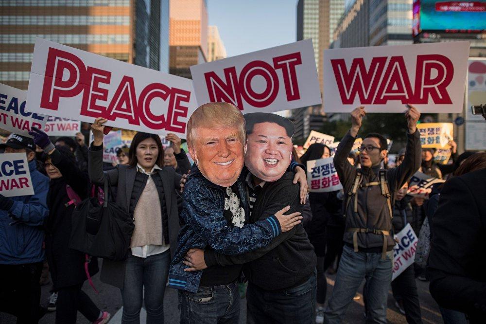 Сеулда өткөн митингдин катышуучулары Дональд Трамп менен Ким Чен Ындын маскасын кийип чыгышты