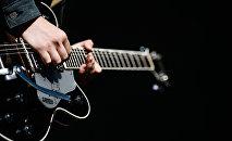 Гитарист выступает на сцене. Архивное фото