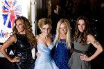 Члены британской группы Spice Girls Мелани Браун, Джери Холливелл, Эмма Бантон и Мелани Чишолм на красной дорожке на премьере музыкального спектакля Viva Forever в центре Лондона. 11 декабря 2012 года