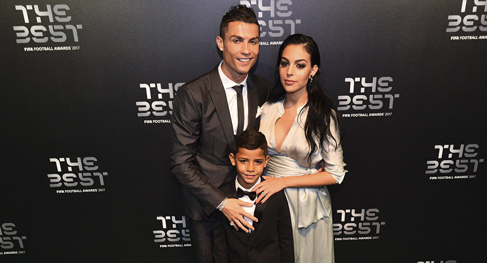 Реал Мадрид футбол клубунун оюнчусу Криштиану Роналду испаниялык модель Жорджина Родригес менен. Архивдик сүрөт