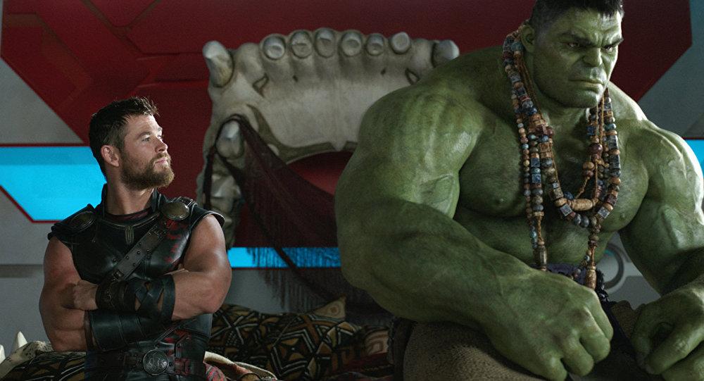 Изображение, выпущенное Marvel Studios, показывает Халка, слева, Криса Хемсворта в роли Тора, Тесс Томпсон в роли Валькирии и Тома Хиддлстона в роли Локи в сцене из фильма Тор: Рагнарок.