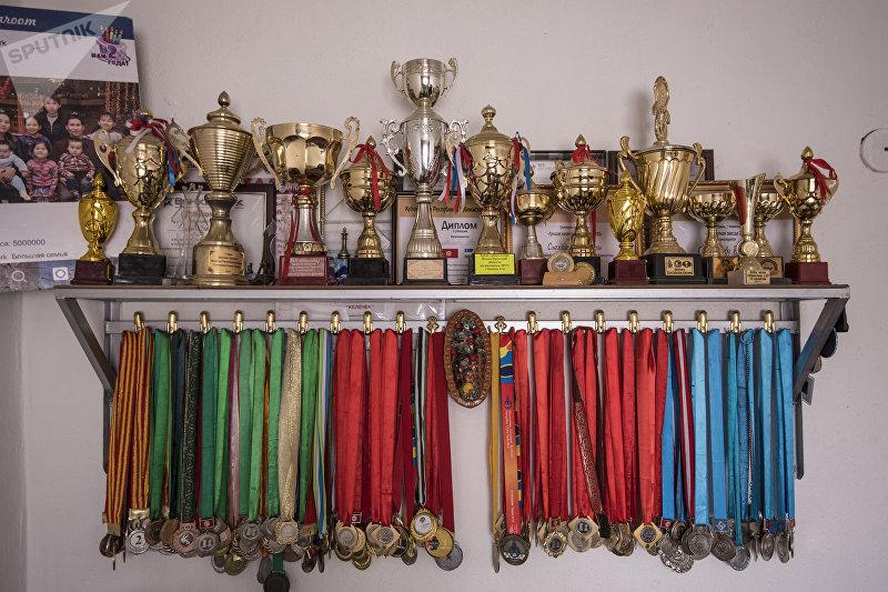 Завоеванные медали и кубки детей Съездбека Таштакеева и Гульбарчын Калдыбаевой