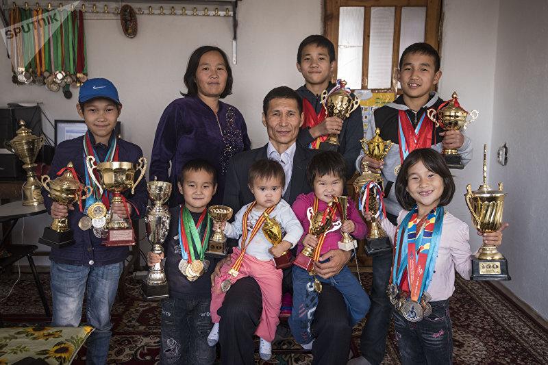 Семья Съездбека Таштакеева и Гульбарчын Калдыбаевой с завоеванными медалями и кубками
