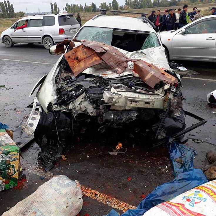 Близ Бишкека в районе ГЭС-5 произошло лобовое столкновение двух автомобилей — Huyndai Porter и Subaru Outback